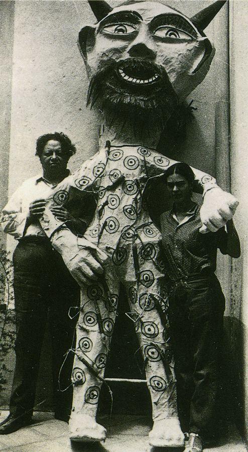 Diego García és Frida Kahlo júdás-gyűjteményük egyik darabjával.