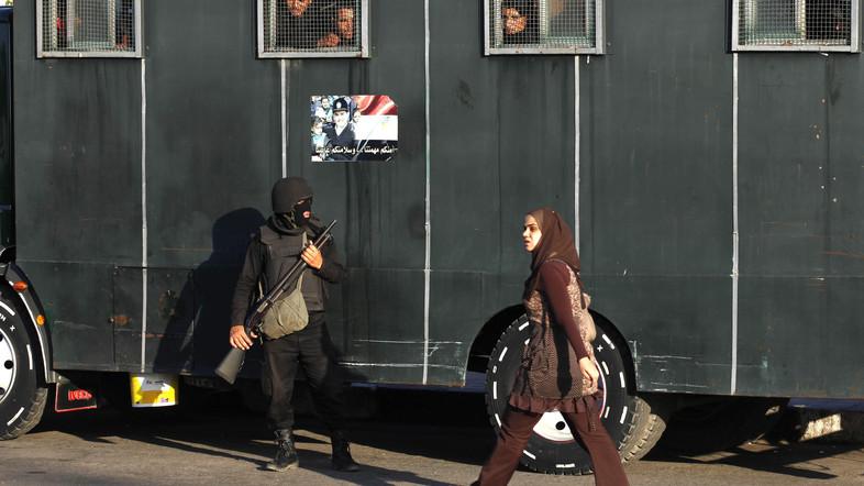 rohamrendőrök rendőrautónál az Opera mellett