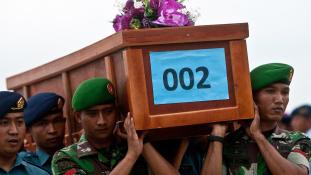 AirAsia: visszatértek az első holttestek a reptérre
