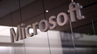 Egy oldalon a Microsoft és az Apple