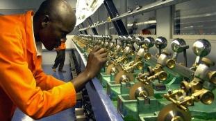 A szolgáltató szektor és a gyémántbányászat bírja a gyűrődést