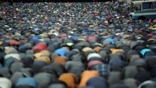 Nem engedik muzulmánok ezreit a moszkvai utcákra