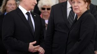 Telefonon egyeztetett Merkel Putyinnal