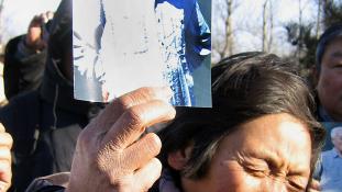 Megemlékezés rendőr kordon mögött Pekingben