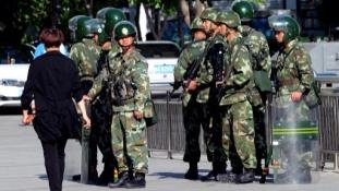 """Kína könyörtelenül lesújt a """"terrorizmusra"""" 8 állammal határos tartományában"""