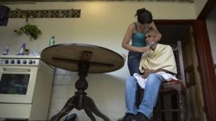 Alzheimer-kóros falu: 82 éves anya pelenkázza 3 középkorú gyermekét