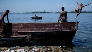Tízmillió brazil szennyvizében versenyeznek a szörfösök