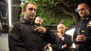 Testkamerájával rögzítette a rendőr, ahogy lelőtte a fegyveres férfit