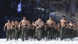 Hóban, jégben edzenek a dél-koreai katonák