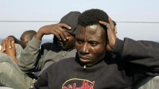 Ismét százával mentettek afrikai menekülteket