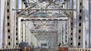 Békés évkezdés hídveréssel és közlekedési folyosóval