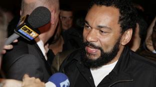 Előzetesben a párizsi merényleteken gúnyolódó antiszemita showman