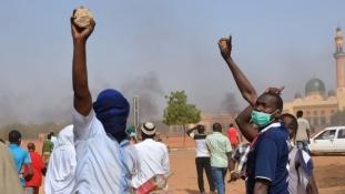 Charlie Hebdo: Lángolnak a keresztény templomok Nigerben