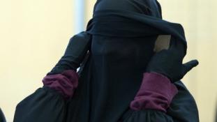 """Kétrétegű fátyol viselésére kötelezik a nőket a """"kalifátusban"""""""