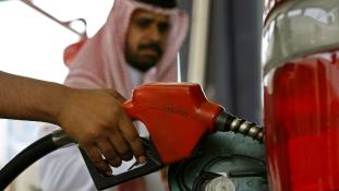 Szaúdi leértékelés az olajár esése miatt
