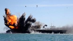 Így süllyeszt el az iráni flotta egy amerikai anyahajót (videó)