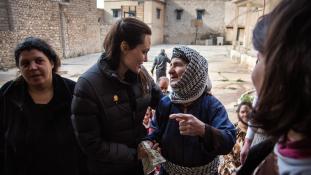 Miről beszélget jazidi asszonyokkal Angelina Jolie?