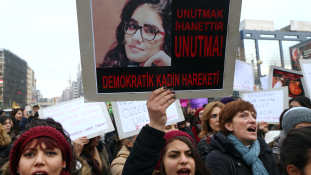 Tüntetés Törökországban: nők vitték a meggyilkolt lány koporsóját