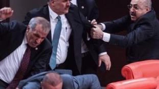 Kórházba kerültek a verekedő török képviselők