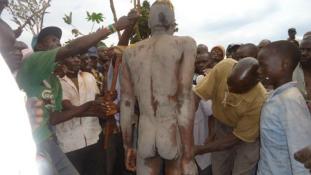 Nyílt utcán metéltek körbe egy férfit Kenyában (videóval)