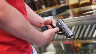 """""""Mérsékelten halálos"""" lőfegyver az amerikai rendőröknél?"""