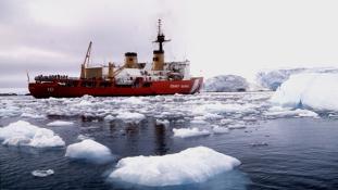 A parti őrség mentett ki egy ausztrál hajót a jég fogságából