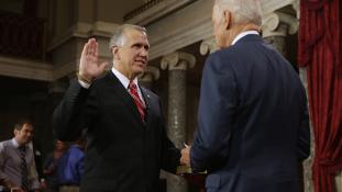 Egy szenátor szerint senkit nem kéne kötelezni a kézmosásra