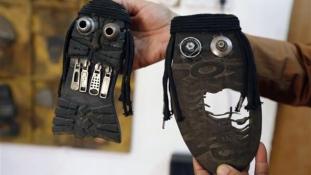 Gonoszul vicsorognak a cipőtalp-dzsihadisták