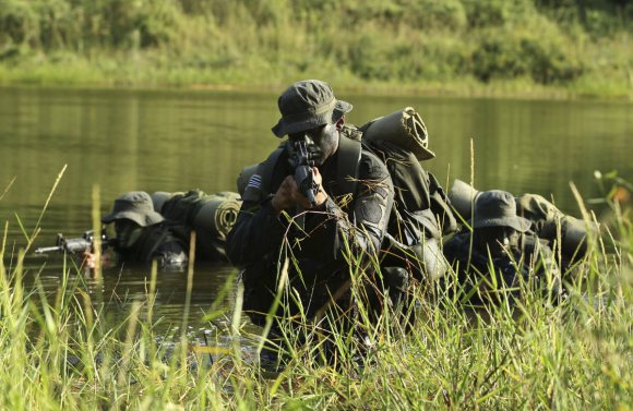 colombian-policemen-train-in-camouflage-in-the-jungle-preparing-to-battle-farc-one-of-the-most-fearsome-guerrilla-forces-in-the-world