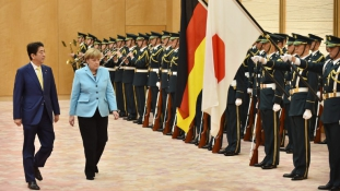 Történelemre tanítja Merkel a japánokat