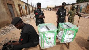 Helyenként véres, másutt békés, olykor döcögős a választás Nigériában