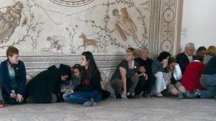 Külföldi turisták a tuniszi Bardo múzeumban a terrortámadás idején