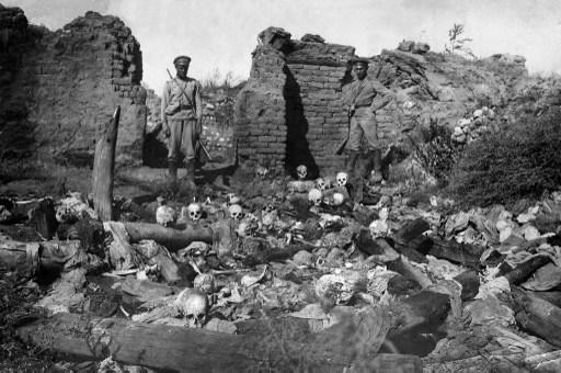 Pillanatképek az 1915-ös népirtásból: egy lerombolt örmény falu.