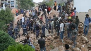 Összeomlott közlekedés, ledőlt templomok, menekülő emberek a nepáli földrengésben