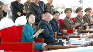 A diktátorpár meccsre jár, vagyis a First Lady nem tűnt el Észak-Koreában
