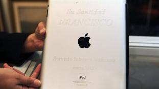 Ismeretlen jótevő fizetett milliókat a pápai iPad-ért