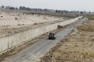"""A jelenleg is építés alatt lévő """"iráni fal"""" az afgán határon."""