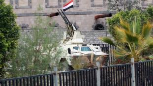 Szaúdi gépek bombázták a jemeni védelmi minisztériumot