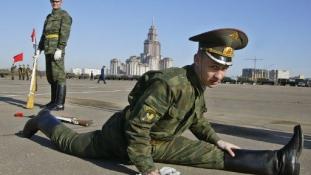 Barbie-val edzenek az orosz katonák
