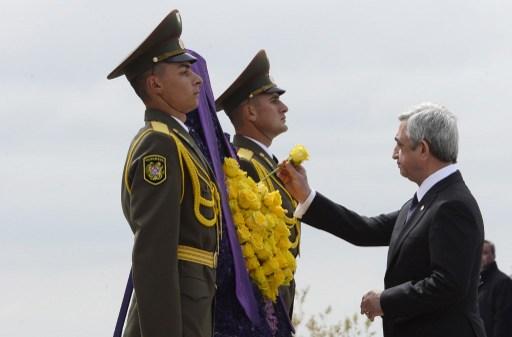Szerzs Szargszján örmény államfő sárga rózsát helyez a sírhoz.