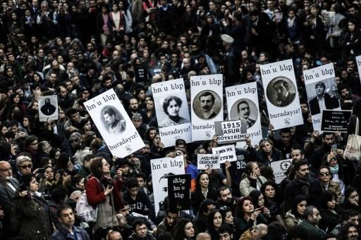Az isztambuli megemlékezés az első örmény értelmiségi áldozatok képeivel.