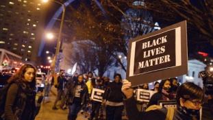 Nyolcszor lőtte hátba a fehér rendőr a fekete férfit Amerikában