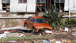 Tomboló viharok Kelet-Ausztráliában