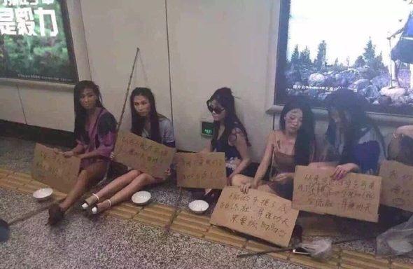 A lányok Sanghaj utcáin.