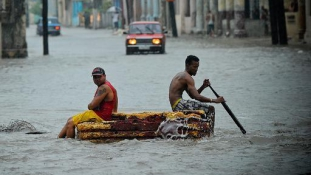 Az erős esőzések miatt házak dőltek össze Havannában
