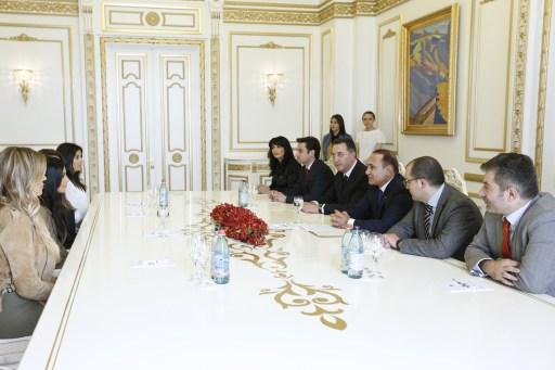 A Kardashian nővérek az örmény miniszterelnökkel, Hovik Abrahamjannal tárgyalnak, 2015.04.09. (Europress/AFP)