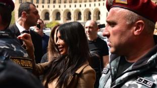 Mit keres Kim Kardashian Jerevánban?