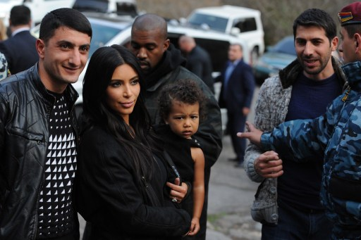 Kim Kardashian lányával és gyermekével az örményországi Geghard Kolostornál, 2015.04.09. (Europress/AFP)