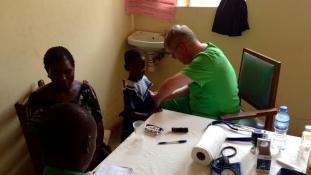 Kis hercegnők és zakós kisfiúk – megkezdték a gyógyítást Ugandában a magyar orvosok