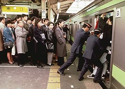 tokyo_train_crush
